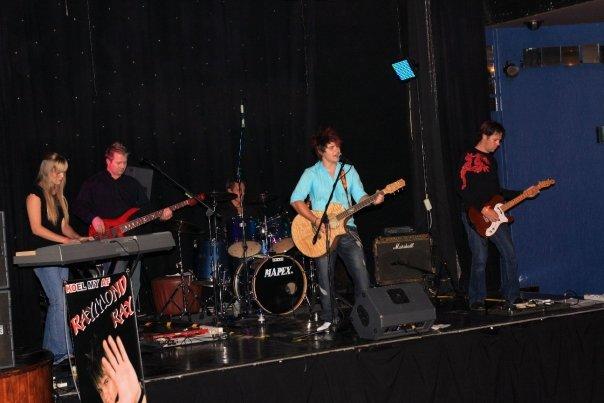Raymond in aksie met sy regte band by sy CD Launch